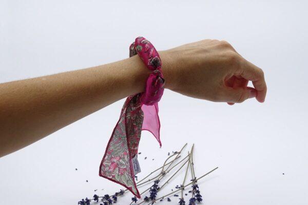 Bratara aromaterapie cu lavanda pe mana