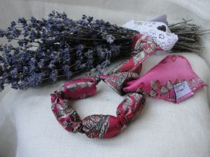 Bratara aromatica umpluta cu flori de lavanda (rosu)