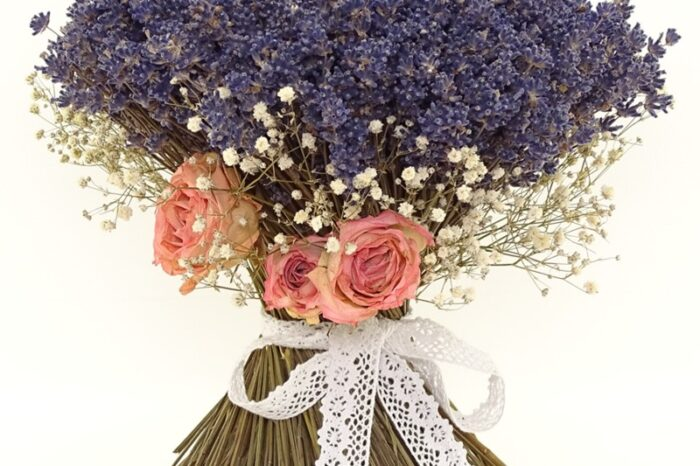 Buchet lavanda cu trandafir roz detaliu